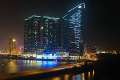 Una costruzione centrale alla notte a Macao immagini stock libere da diritti
