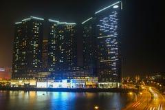 Una costruzione centrale alla notte a Macao fotografia stock