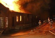Una costruzione che brucia giù Fotografia Stock