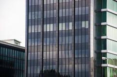 Una costruzione commerciale di vetro moderna nella città del centro Fotografie Stock Libere da Diritti