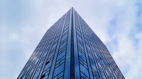 Una costruzione con un façade di vetro Architettura urbana contemporanea tipica fotografie stock libere da diritti