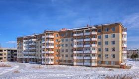 Una costruzione di appartamento di sei-storia fotografie stock