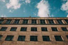 Una costruzione di appartamento dilapidata, alloggio nello stato terribile Vecchi balconi di legno, strutture, stanze difficili Immagine Stock Libera da Diritti