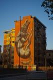 Una costruzione dipinta con un grande lupo Immagini Stock