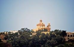 Una costruzione magnifica in grado di essere una chiesa sta fra gli alberi fotografie stock libere da diritti