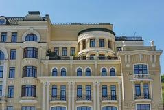 Una costruzione moderna alta magnifica con i balconi di gonfiamento e un tetto nero Fotografie Stock Libere da Diritti