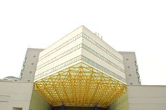 Una costruzione moderna di tecnologia con il bello cielo blu Immagini Stock