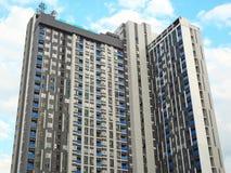 Una costruzione moderna e un chiaro cielo blu Immagini Stock