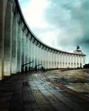 Una costruzione ovale come l'entrata ad un parco a Mosca Immagine Stock