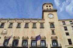 Una costruzione spagnola con la torre di orologio Fotografia Stock Libera da Diritti