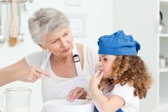 Una cottura della bambina con la sua nonna Immagini Stock Libere da Diritti