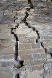Una crepa su una grande parete del castello Fotografia Stock Libera da Diritti