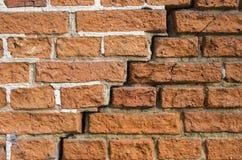 Una crepa in un muro di mattoni Fotografia Stock Libera da Diritti