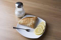 Una crepe con el limón y el azúcar Foto de archivo libre de regalías