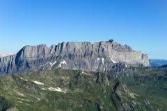 Una cresta delle montagne rocciose nelle alpi fotografia stock libera da diritti