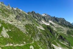 Una cresta delle montagne rocciose nelle alpi immagini stock libere da diritti