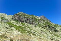 Una cresta delle montagne rocciose nelle alpi fotografia stock