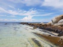 Una cresta di pietra nel mare Fotografia Stock