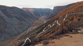 Una cruce negra grande se coloca en un camino de la montaña, alrededor - nadie almacen de video