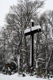 Una cruz cubierta con nieve en el ‹Savonlinna Finlandia del †del ‹del †fotografía de archivo