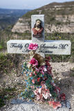 Una cruz del borde de la carretera marca el punto donde otra vida fue demandada en los caminos notorio peligrosos de Ecuador fotos de archivo