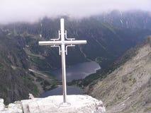 Una cruz, el Rysy superior, las montañas de Tatra Foto de archivo libre de regalías