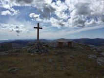 Una cruz en la cresta del cheiron Fotos de archivo libres de regalías