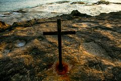 Una cruz en la playa de Keawaula en orilla del oeste seca del ` s de Oahu imágenes de archivo libres de regalías