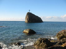 Una cruz grande en una roca Fotografía de archivo libre de regalías