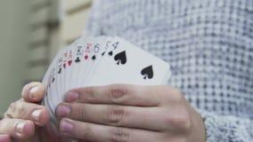 Una cubierta de tarjetas en las manos de un ilusionista almacen de metraje de vídeo