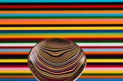 Una cuchara contra un fondo colorido, mostrando la reflexión de fotos de archivo