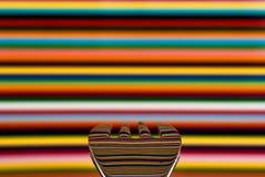 Una cuchara contra un fondo muy colorista, con el fondo fotografía de archivo libre de regalías
