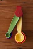Una cuchara dosificadora amarilla colorida Imagenes de archivo