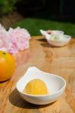 Una cucharada de sorbete anaranjado Fotos de archivo