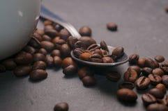 Una cucharilla de granos de café Fotografía de archivo libre de regalías
