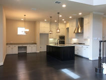 Una cucina moderna piacevole di nuova casa immagine stock libera da diritti