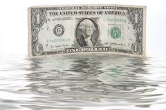 Una cuenta sumergida en agua - FLUJO DE LIQUIDEZ del uno-dólar Imágenes de archivo libres de regalías