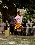Una cuerda de salto de la niña con sus ââfriends Foto de archivo libre de regalías