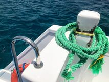 Una cuerda gruesa durable fuerte verde de la nave de la tela, una cuerda para la litera, una parada atada a la nave, un barco en  fotografía de archivo libre de regalías