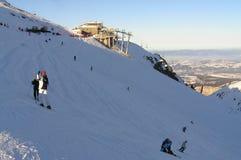 Una cuesta del esquí en montañas Fotografía de archivo libre de regalías