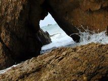 Una cueva del mar en Malibu imagen de archivo