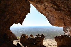 Una cueva en el lado de la montaña de la superstición Foto de archivo libre de regalías