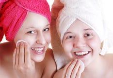 Una cura adolescente delle due amiche per la pelle del fronte Immagine Stock Libera da Diritti