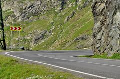Una curva del pericolo di alta strada alpina Fotografie Stock Libere da Diritti