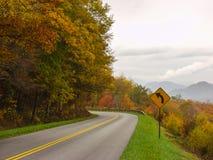 Una curva della montagna su una strada Immagini Stock