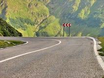 Una curva pericolosa di alta strada alpina Fotografie Stock Libere da Diritti