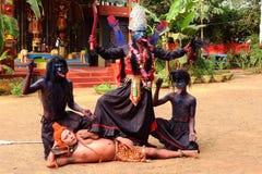 Una danza tribal fotos de archivo