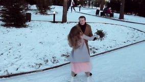 Una data alla pista di pattinaggio: La giovane coppia celebra il giorno del ` s del biglietto di S. Valentino con pattinare archivi video