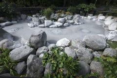 Una de las aguas termales ardientes de nueve infiernos (en senador) en Beppu, Oita, Japón en otoño Imagen de archivo libre de regalías