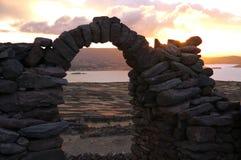 Una de las arcadas de piedra hermosas en la puesta del sol en la isla de Taquile Foto de archivo libre de regalías